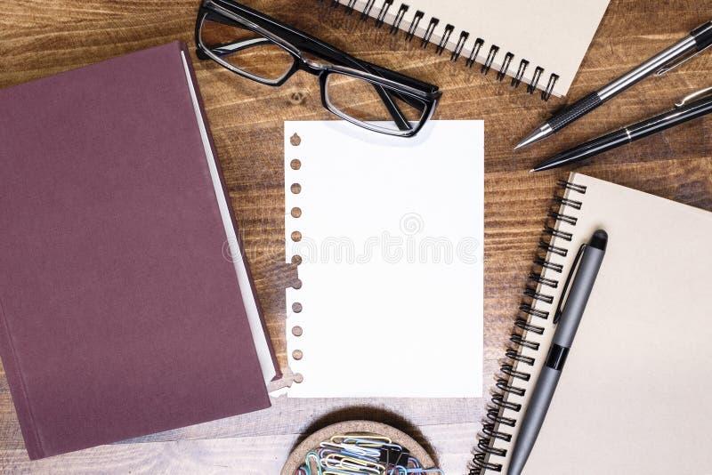 Tableau avec le papier blanc photos libres de droits