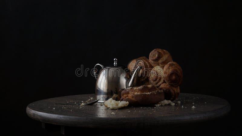 Tableau avec le teapod et la nourriture cuite au four images stock