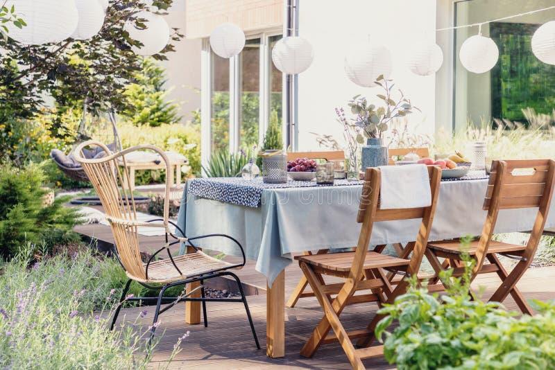 Ensemble En Bois Moderne De Table De Salle à Manger Dans Le ...
