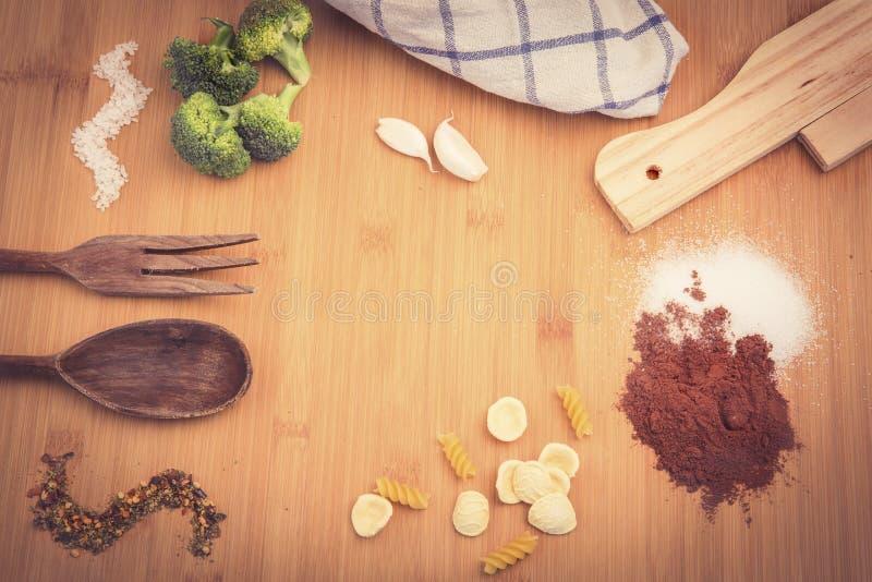 Tableau avec les ingrédients méditerranéens photo stock