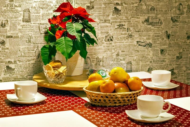 Tableau avec les tasses et le fruit images libres de droits
