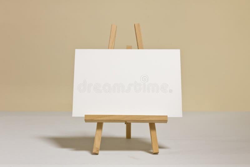 Tableau blanc sur le chevalet en bois photo stock