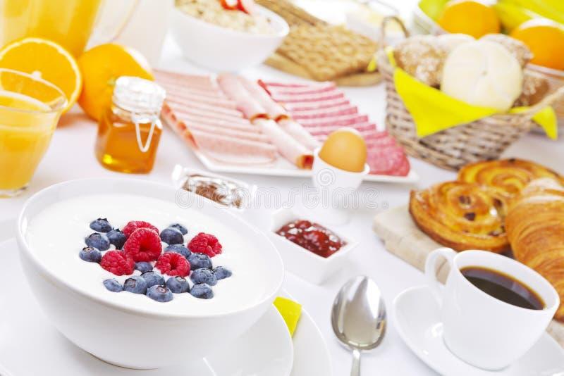 Tableau complètement avec des articles de petit déjeuner continental photos stock