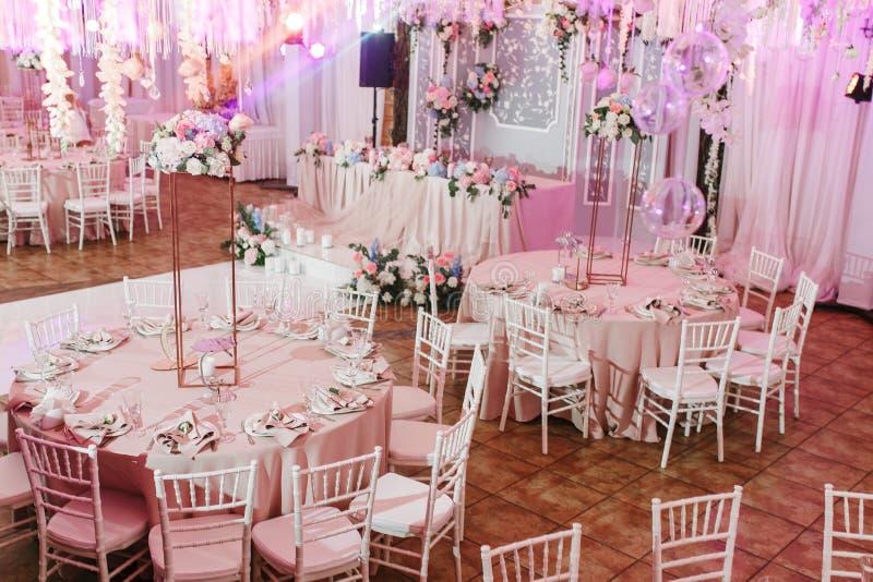 Tableau décoré pour épouser ou un dîner approvisionné différent d'événement photographie stock libre de droits