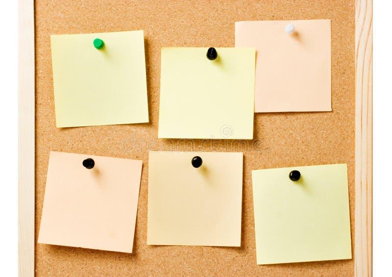 Tableau d'affichage avec les notes goupillées photographie stock
