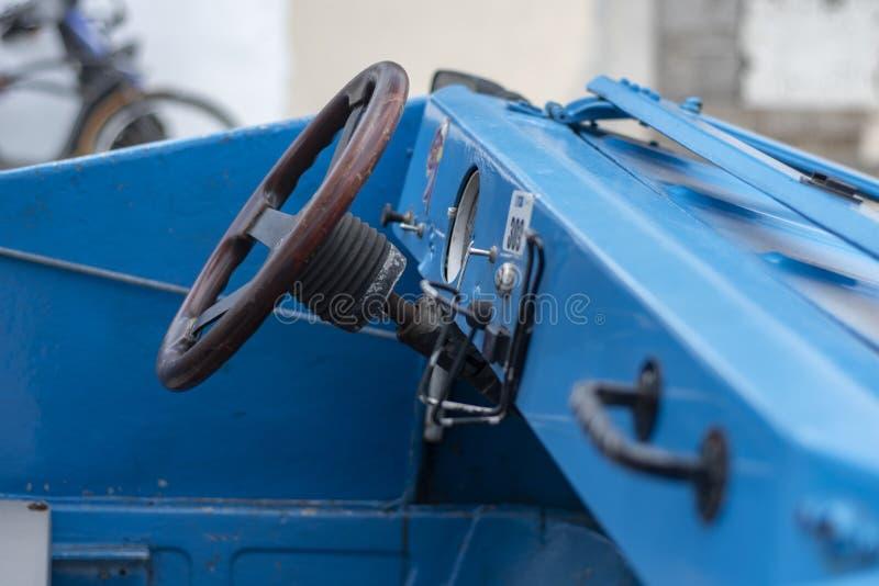 Tableau de bord convertible bleu fait sur commande de voiture avec la direction en bois photographie stock libre de droits