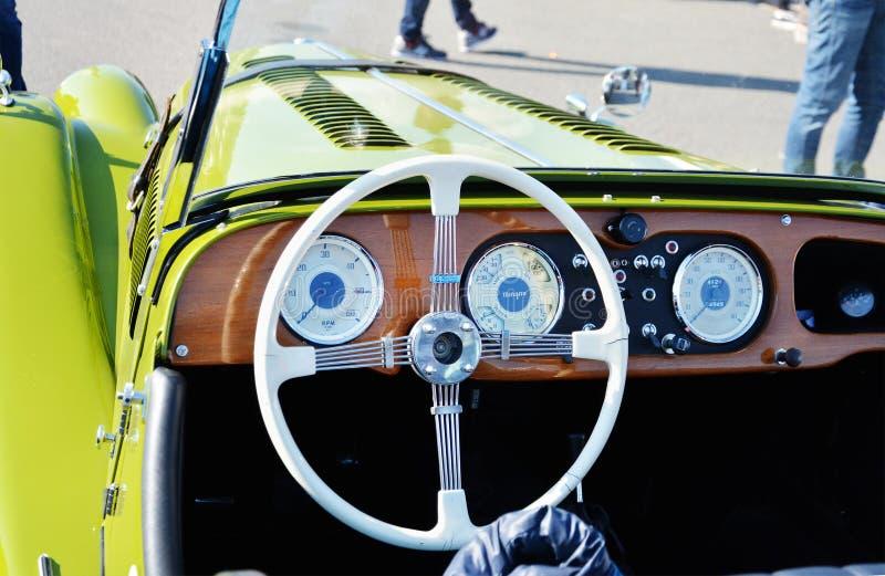 Tableau de bord de tableau de bord d'un classique de roadster de Morgan Plus 4 de vintage photographie stock libre de droits