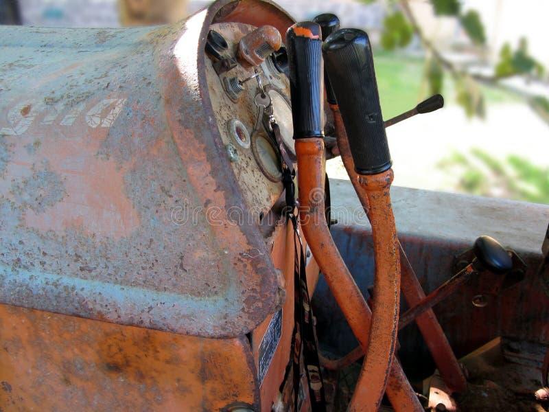 Tableau de bord de vieux tracteur à chenilles italien images stock