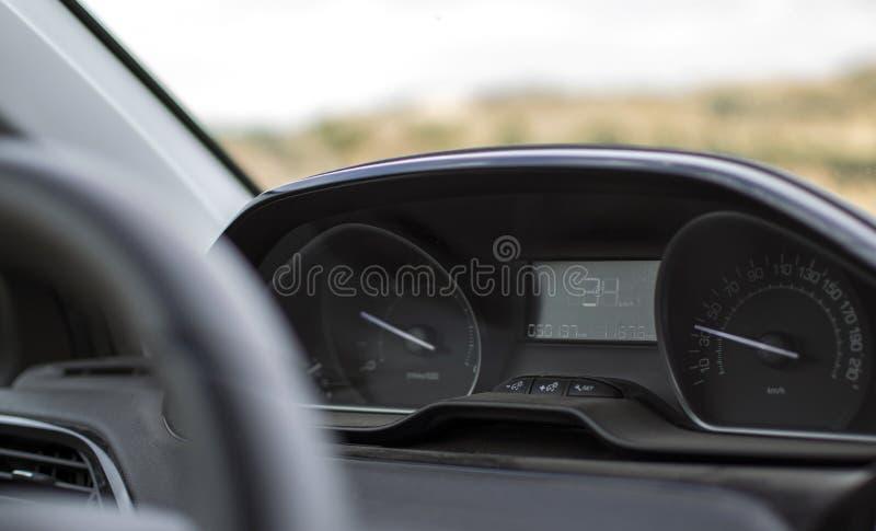 Tableau de bord et tachymètre dans une nouvelle voiture photographie stock libre de droits