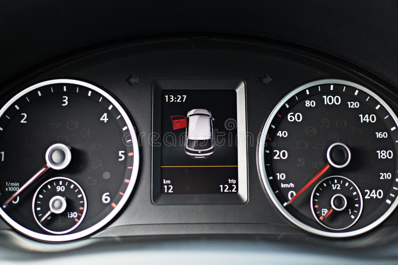 Tableau de bord moderne d'une voiture avec un kilomètrage élevé images libres de droits