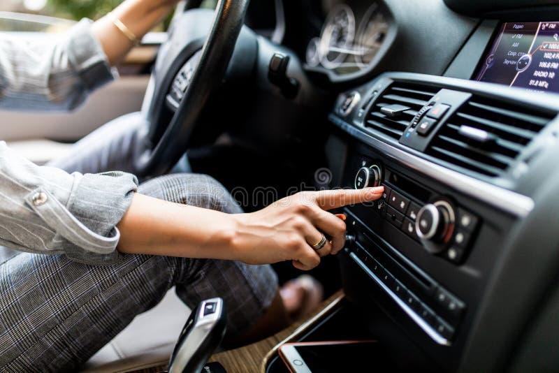 Tableau de bord de véhicule Plan rapproché par radio E photographie stock libre de droits