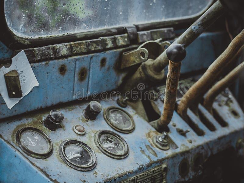 Tableau de bord de vieille rétro fin de tracteur  images stock