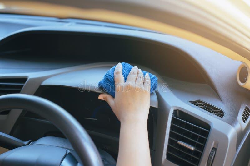 Tableau de bord de voiture de nettoyage de main-d'œuvre féminine photographie stock libre de droits
