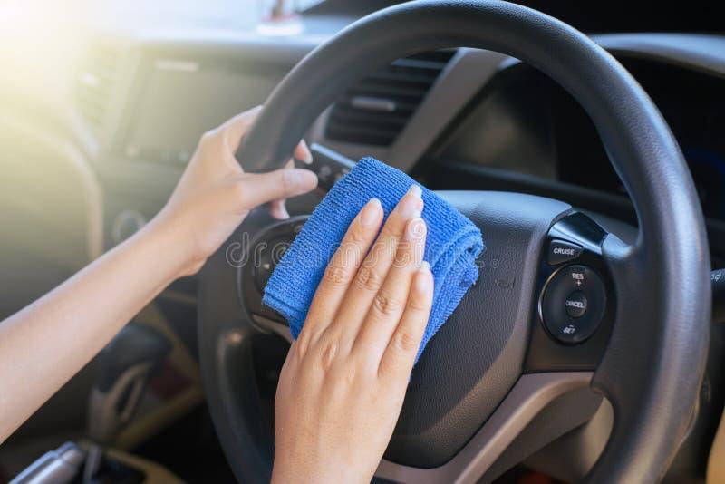 Tableau de bord de voiture de nettoyage de main-d'œuvre féminine images stock