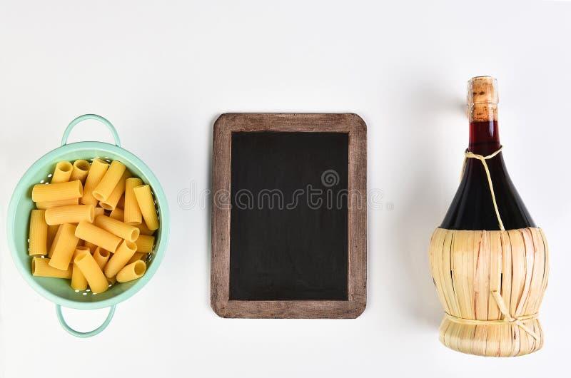 Tableau de chianti de pâtes images stock