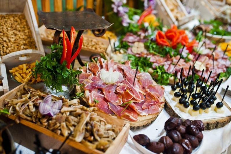 Tableau de réception de mariage avec la nourriture, le fromage et la viande délicieux images libres de droits