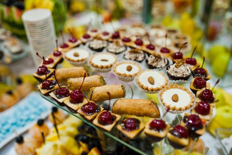 Tableau de réception de mariage avec la nourriture, les fruits et les gâteaux délicieux images stock