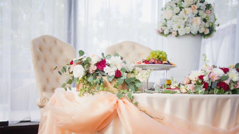 Tableau des jeunes mariés dans le restaurant Décor de mariage, fleurs photo stock
