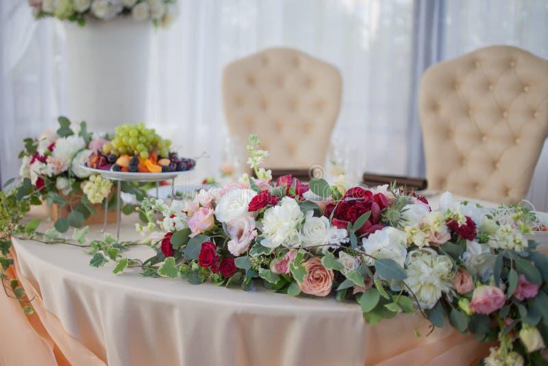 Tableau des jeunes mariés dans le restaurant Décor de mariage, fleurs image libre de droits
