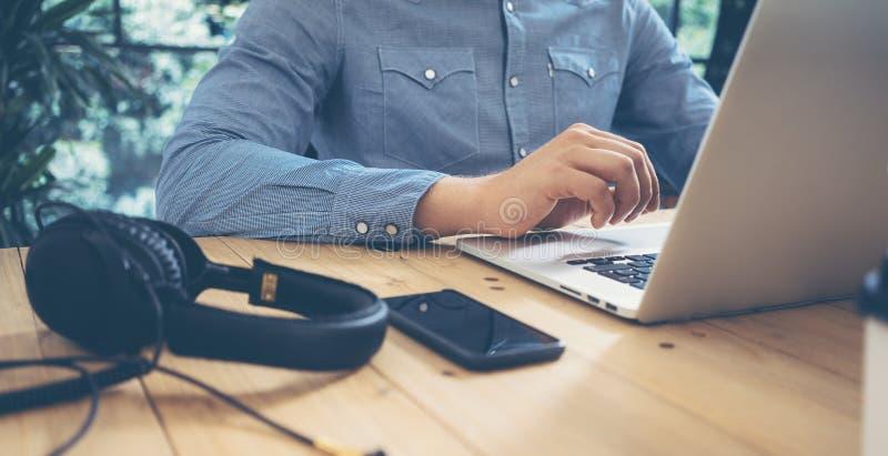 Tableau en bois d'ordinateur portable de Working Modern Desktop d'homme d'affaires Directeur Researching Process Devices de succè photo stock