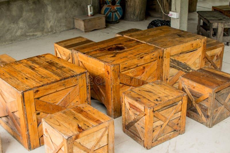 Tableau et chaise faits de caisse en bois brune appropriée au decorati image libre de droits