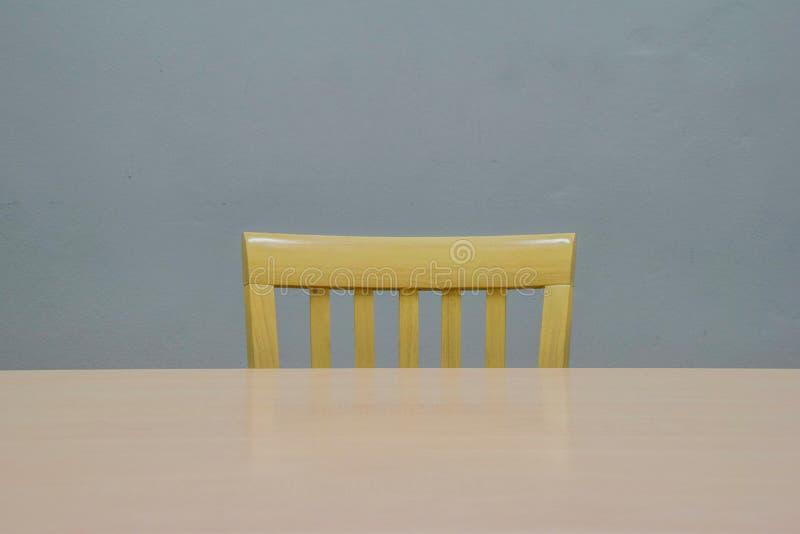 Tableau et chaises, bois brun dans le lieu de réunion gris, meubles pour la décoration et utilisation de bureau, personne dans la images stock
