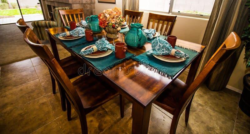 Tableau et chaises en bois avec des couverts image libre de droits