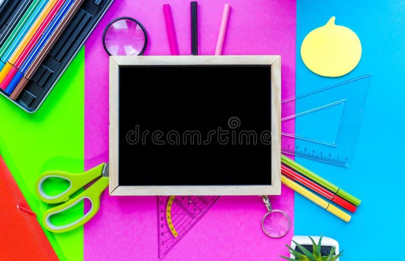 Tableau et fournitures scolaires photographie stock