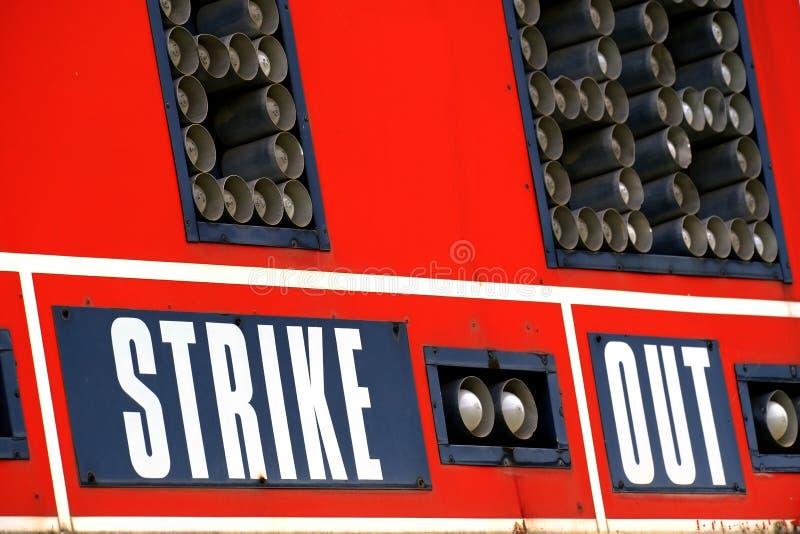 Tableau indicateur rouge de base-ball pour le jeu avec le ciel photos stock