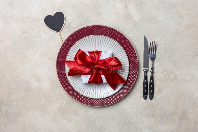 Tableau mis pour le dîner de Saint-Valentin avec l'usage de cadeau et de table photographie stock libre de droits