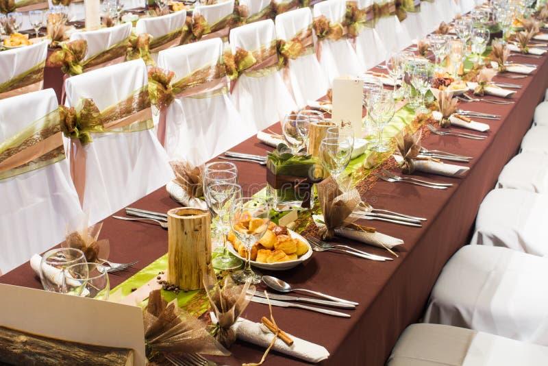 Tableau mis pour un dîner de mariage photo stock