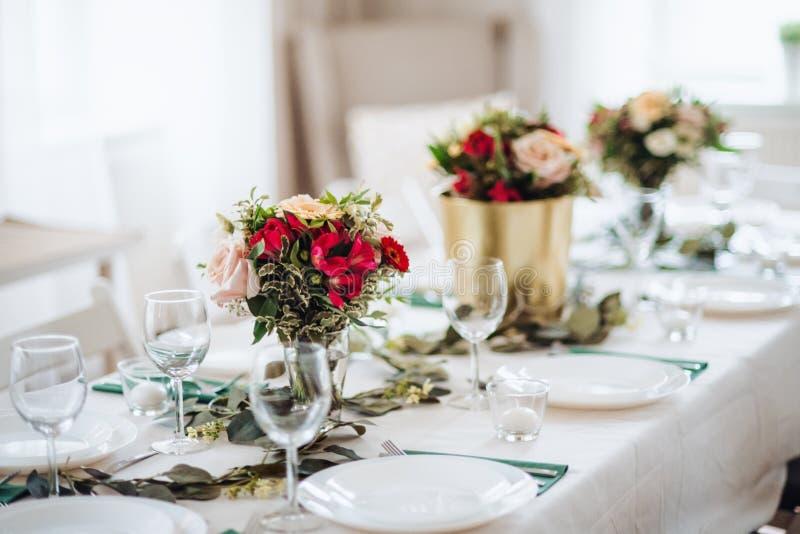 Tableau mis pour un repas à l'intérieur dans une chambre sur une partie, un mariage ou la célébration de famille images stock