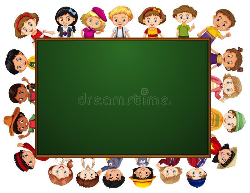 Tableau noir avec beaucoup d'enfants autour de la frontière illustration libre de droits