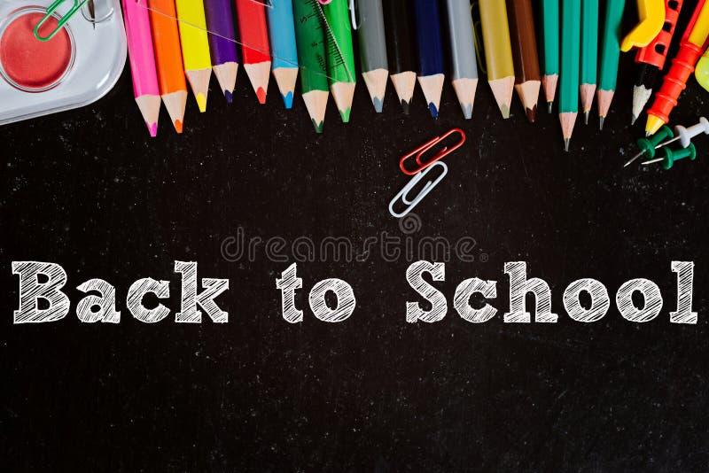 Tableau noir avec des accessoires d'école images libres de droits