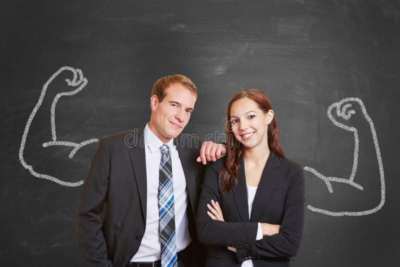 Tableau noir avec des couples d'affaires photographie stock