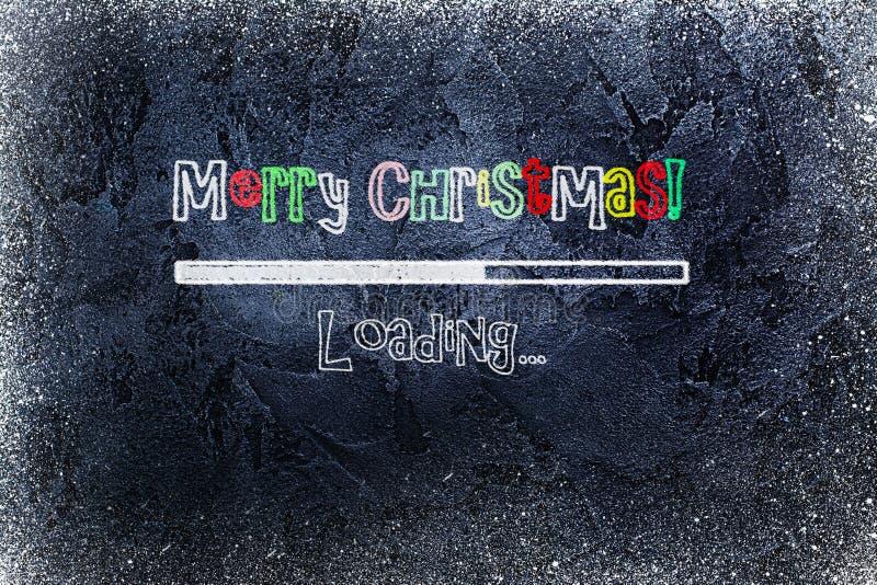 Tableau noir avec la barre de chargement et le Joyeux Noël dessiné là-dessus photos stock