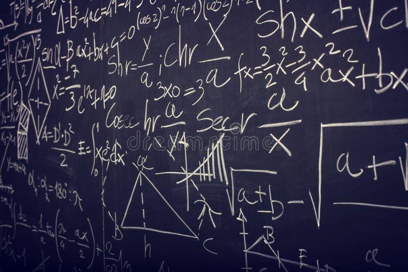 Tableau noir avec la formule de maths photos libres de droits