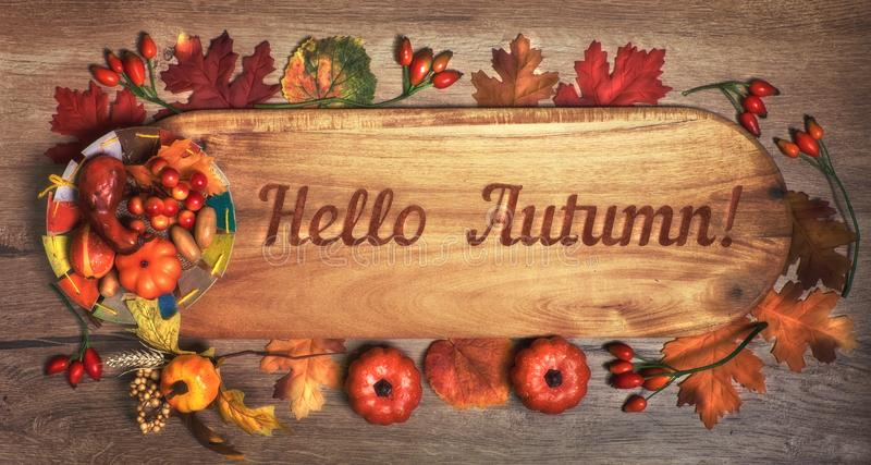 Tableau noir avec le ` d'automne de ` des textes bonjour avec des décorations d'automne images libres de droits