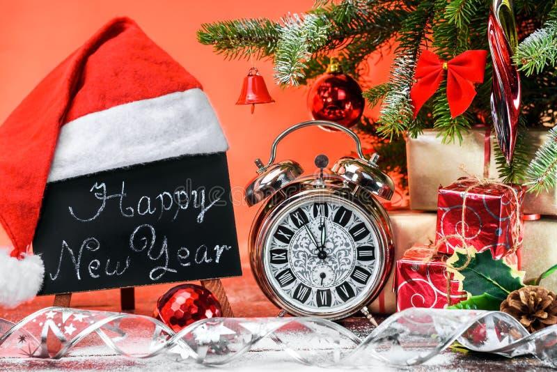 """Tableau noir avec le texte """"bonne année """"et horloge de cru photos stock"""