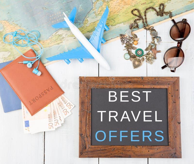 tableau noir avec le texte et le x22 ; Le meilleur offers& x22 de voyage ; , avion, carte, passeport, argent, lunettes de soleil images libres de droits
