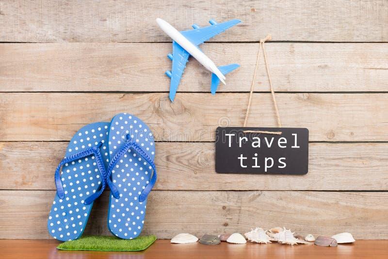 tableau noir avec le texte et le x22 ; Tips& x22 de voyage ; , avion, coquillages sur le fond en bois brun image libre de droits