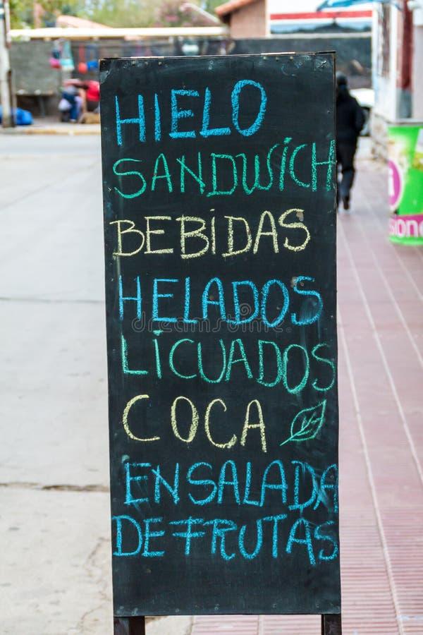 Tableau noir avec une offre d'un restaurant Il indique : la glace, sandwich, boissons, crème, des jus, feuilles de coca, salade d photographie stock