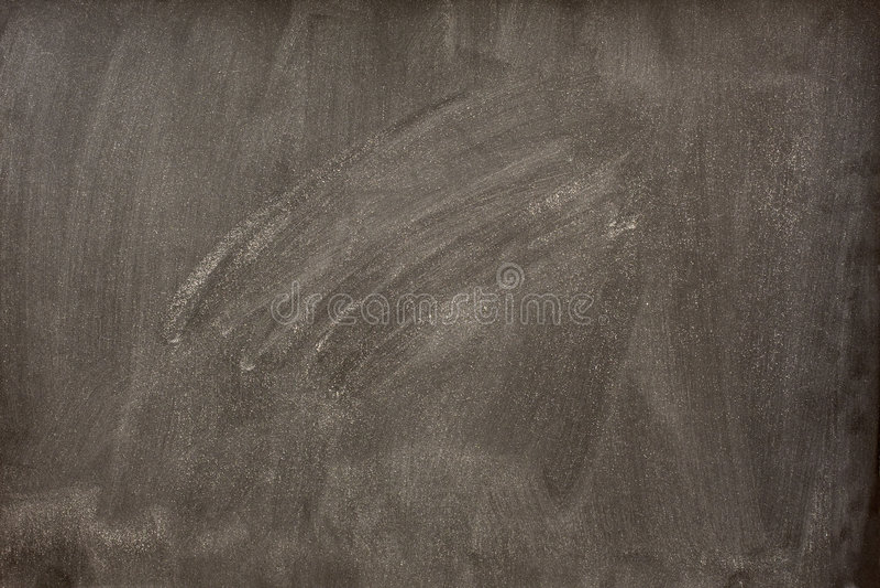 Tableau noir blanc avec les bavures blanches de la gomme à effacer photographie stock