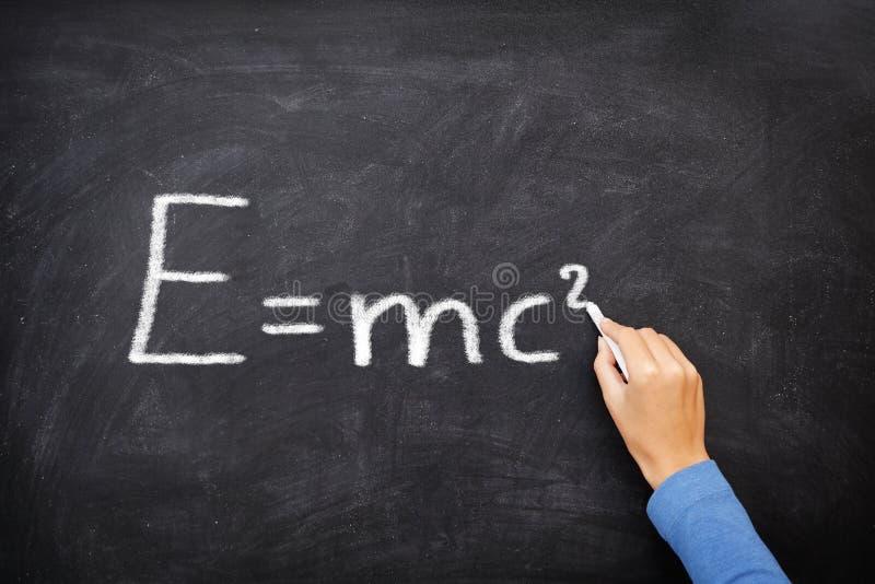 Tableau noir d'équation de formule de la science de physique, ² d'E=mc images stock
