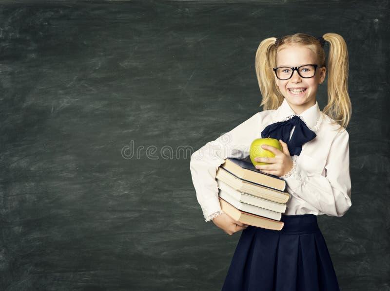 Tableau noir d'enfant, livres heureux de prise de fille d'école, éducation d'enfant image libre de droits