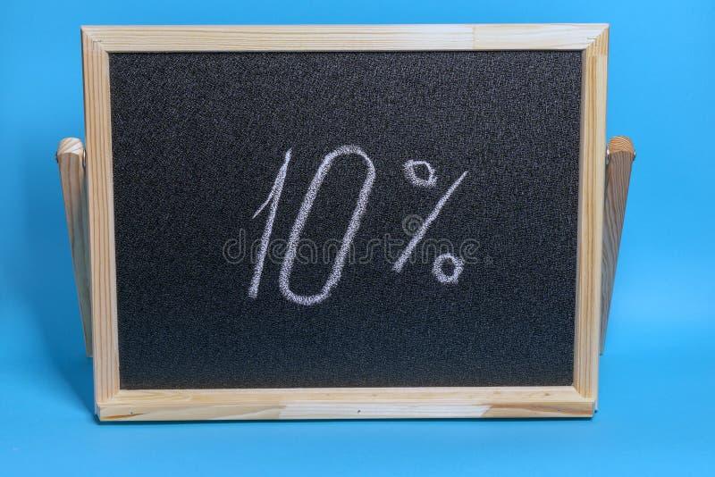 Tableau noir dans un cadre en bois sur fond bleu avec inscription 10 % Mockup pour le vendredi noir photo libre de droits
