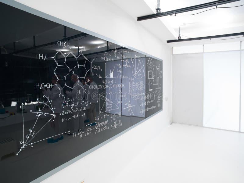 Tableau noir de laboratoire de chimie photos stock