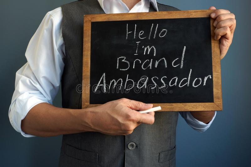 Tableau noir de participation d'homme avec le signe je suis ambassadeur de marque photo libre de droits