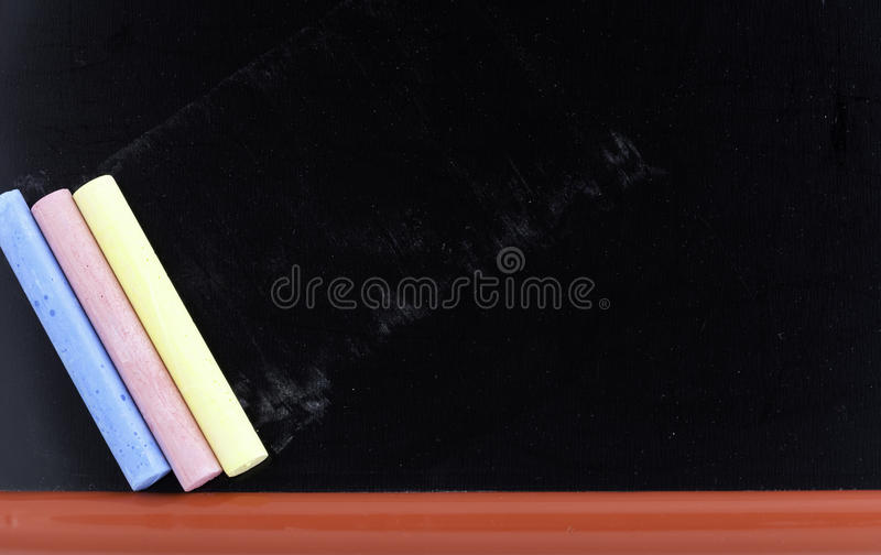 Tableau noir et craies vides photo libre de droits