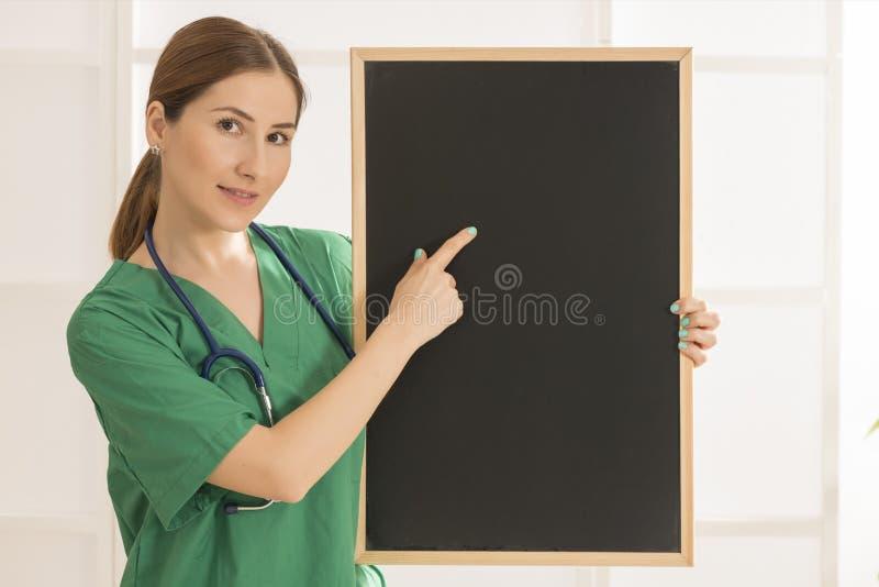 Tableau noir femelle heureux de docteur Holding images stock
